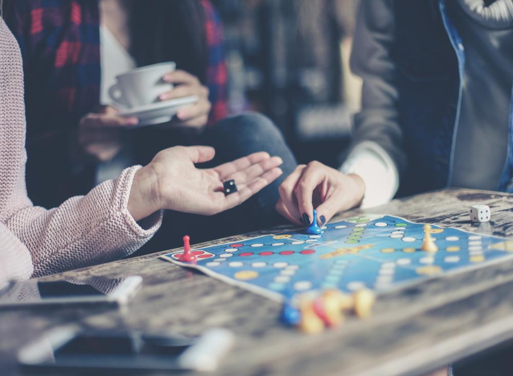 alege-sa-iti-surprinzi-prietenii-cu-jocuri-de-societate-adulti